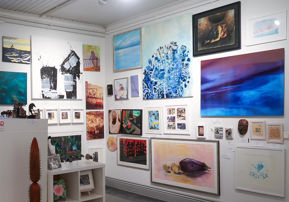 ARTon taidelainaamo- ja myymälässä on nähtävillä runsaasti teoksia